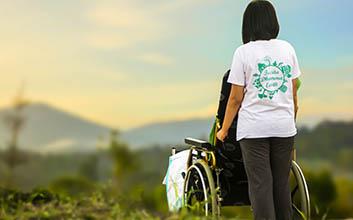 Mujer llevando una silla de ruedas